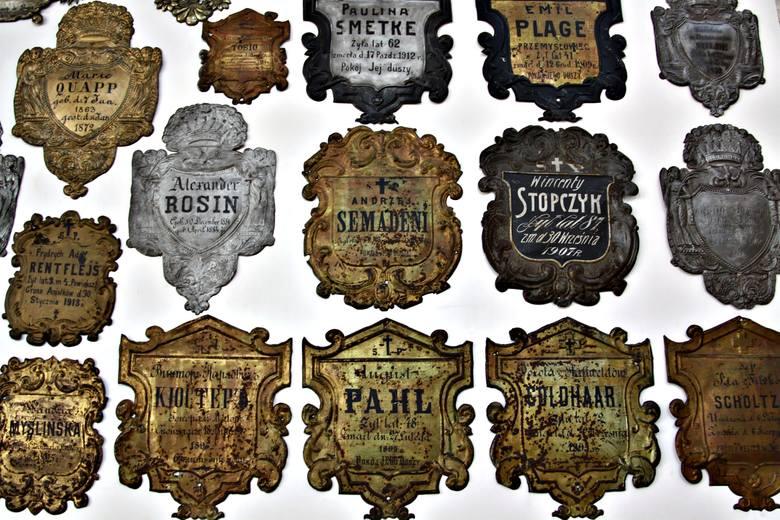 Pod chórem kościoła wisi wyjątkowa kolekcja - zbiór tablic trumiennych.