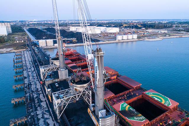 Greenpeace zablokował transport węgla płynący do Gdańska i dźwigi w porcie. Chce zwrócić uwagę rządu na problem niszczenia klimatu