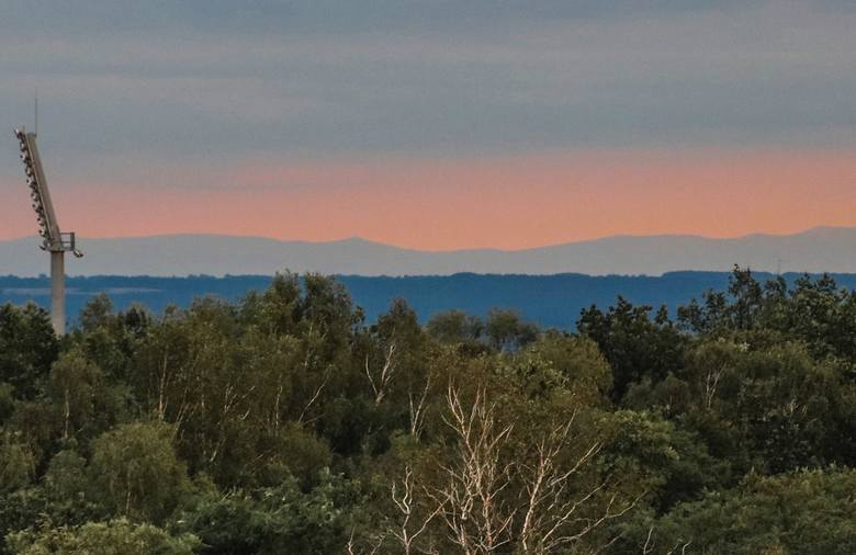 Pasmo Karkonoszy - zdjęcia wykonane z odległości ok. 140 kilometrów (Zielona Góra, os. Braniborskie).