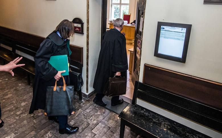 Sprawie o odszkodowanie od dwóch diecezji (wrocławskiej i bydgoskiej) dla ofiary księdza pedofila w Sądzie Okręgowym towarzyszyło zainteresowanie mediów.