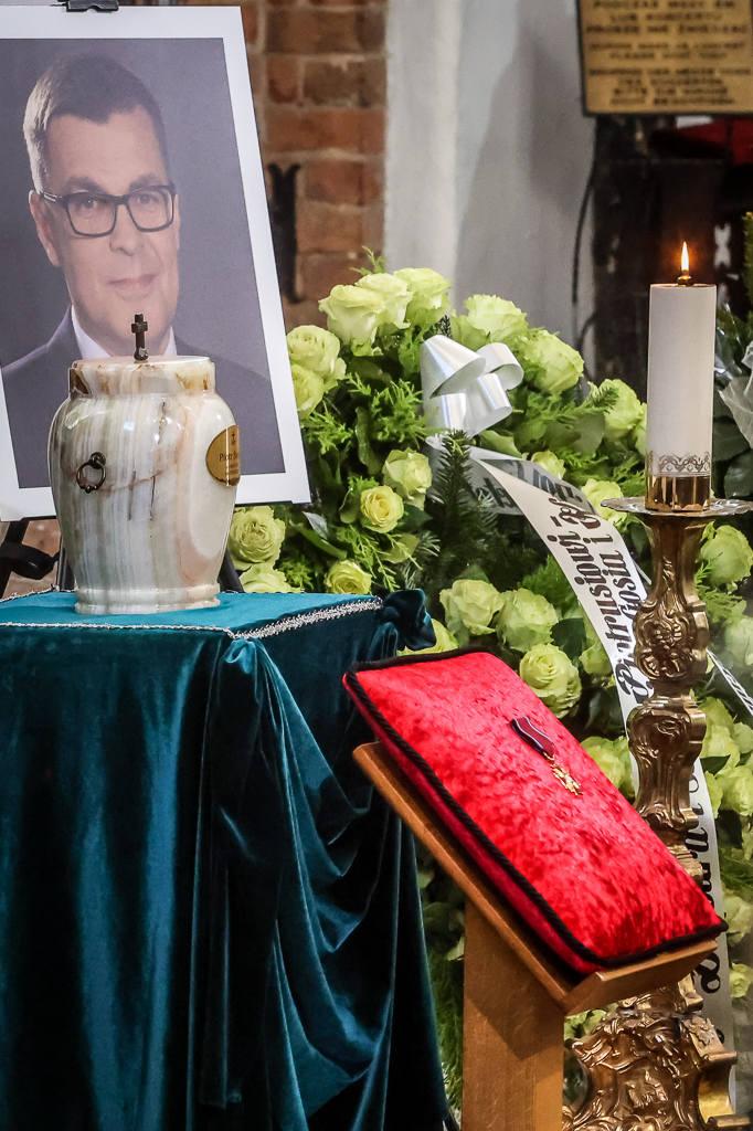 Pogrzeb Piotra Świąca [ZDJĘCIA]. Dziennikarz TVP został pochowany na cmentarzu Srebrzysko. Zginął w tragicznym wypadku