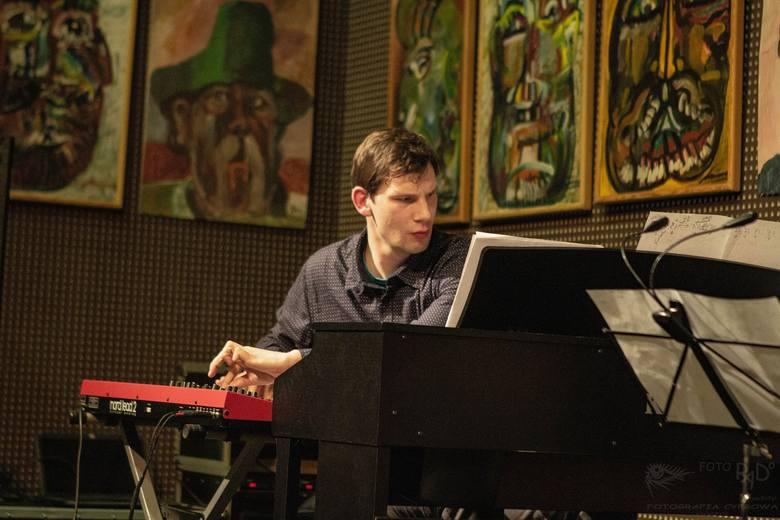 <strong>MUZYKA KLASYCZNA:</strong><br /> <br /> <strong>Jakub Królikowski</strong><br /> Kompozytor, pianista, animator życia muzycznego. Założyciel Our PL'ace Foundation. Laureat konkursów kompozytorskich, współtwórca interdyscyplinarnych spektakli w miejscach pamięci.