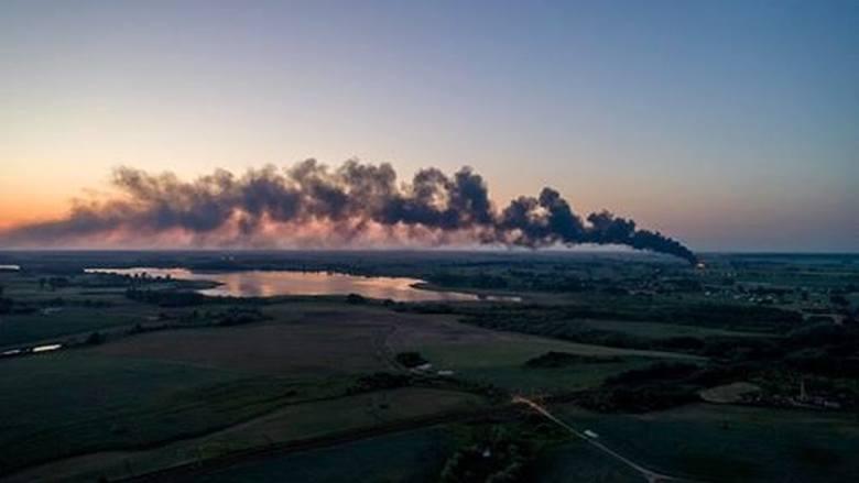 Duży pożar na składowisku odpadów w powiecie mogileńskim. W nocy z poniedziałku na wtorek walczyło z nim około 40 zastępów straży pożarnej (ponad 120
