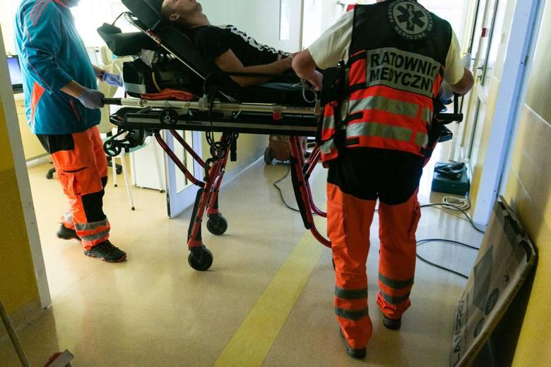 CZASW szpitalu czas płynie inaczej, zwalnia, zatrzymuje się, przyśpiesza, ale wyłącznie gdy robi się gorąco. Ktoś umiera, ktoś krwawi, ktoś nietrzeźwy