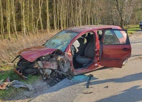 Śmiertelny wypadek w gminie Rusinów. 61-letni kierowca uderzył samochodem w drzewo
