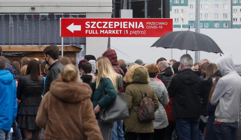 Tłumy oczekujących na szczepienie pod centrum szczepień Medyk w Rzeszowie.
