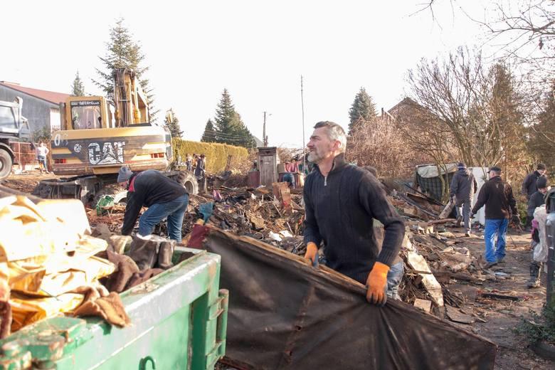Mieszkańcy Olszowic uporządkowali całe pogorzelisko po pożarze domu pani Teresy i pana Zbigniewa. Ludzie obiecali rychła odbudowę tego domu