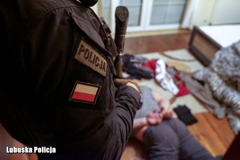 Policyjni antyterroryści zatrzymali w sumie czterech mężczyzn. Zlikwidowano też uprawę konopi indyjskich.