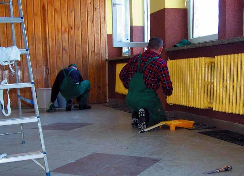 Więźniowie remontują korytarz w zespole szkół