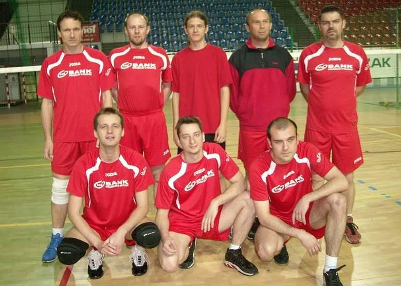 Od lewej stoją: Kazimierz Kostera, Piotr Kwaśnicki, Bartek Nowak, Jarosław Jędrzejak, Arkadiusz Muzyka.Na dole od lewej : Grzegorz Jański, Krzysztof