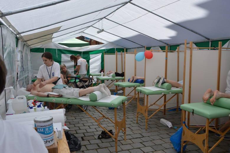 W stojącym na Rynku dużym namiocie z kilkoma wydzielonymi stanowiskami można w niedzielę za darmo poddać się masażowi profilaktycznemu, leczniczemu oraz