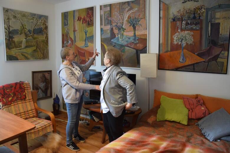 Córka pani Danuta (na zdjęciu z Anną Włodarczyk, znaną kluczborską psycholożką, która jest córką Danuty i wnuczką malarza) jest kustoszem dzieł Bronisława Gniazdowskiego. W swoim domu ma ponad sto obrazów i grafik ojca, wiszą one tam dosłownie wszędzie.