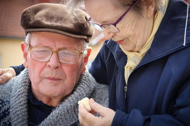 Polscy seniorzy zmagają się z licznymi problemami. Wielochorobowość i wielolekowość to niektóre z nich.