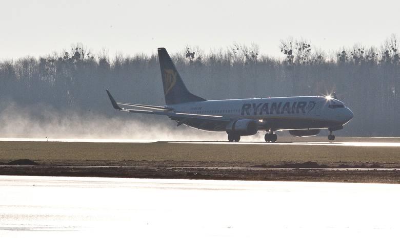 Samolot Ryanair z Londynu do Gdańska awaryjnie lądował w poniedziałek późnym wieczorem na lotnisku we Wrocławiu. Na pokładzie maszyny było około 150