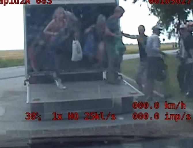Policja ze Strzelec Krajeńskich zatrzymała kierowcę ciężarówki, który w ładowni swojego auta przewoził 40 osób. Policji tłumaczył, że zrobił to, bo... tak jest taniej. We wtorek, 15 czerwca, policja ze Strzelec Krajeńskich zatrzymała do rutynowej kontroli kierowcę ciężarówki. Auto zatrzymano na...