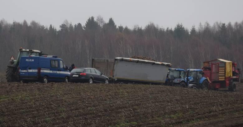 Pierwsi na miejscu zdarzenia byli strażacy ochotnicy z OSP w Trzebielinie i od razu przystąpili do reanimacji 58-latka. Niestety, nie udało się uratować mężczyzny. Zginął przygnieciony przez naczepę zakopanego w polu ciągnika