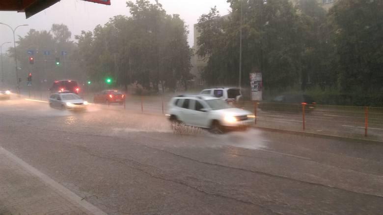 Białystok: Oberwanie chmury. Wielka ulewa przeszła nad miastem. Burza z piorunami, zalane ulice [28.05.2019]