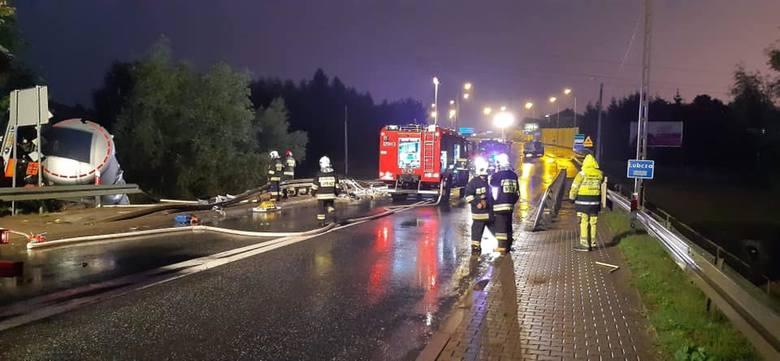 Jak informuje policja, droga krajowa numer 19 - na granicy Rzeszowa i Boguchwały - jest zablokowana. Pali się cysterna z lepikiem, w którą prawdopodobnie