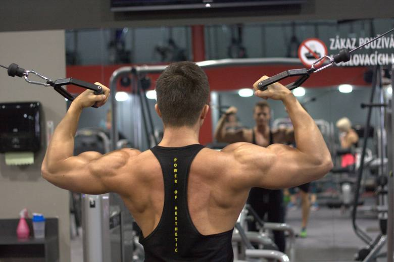 Ćwiczenia na ramiona wzmacniają mięśnie i pomagają zlikwidować nieestetyczną, obwisłą skórę ramion.