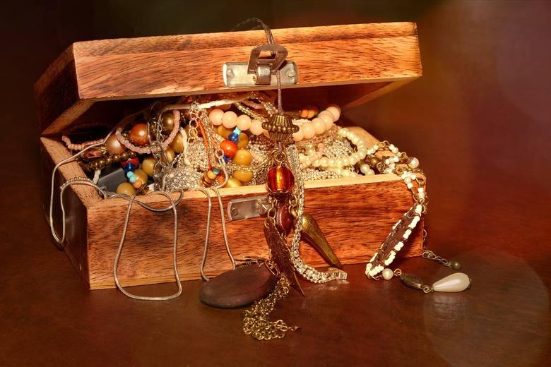 """BiżuteriaJak to mówiła Marylin Monroe """"Diamenty to jedyni przyjaciele kobiety"""". Biżuteria to kolejny pomysł na walentynkowy prezent. Kolczyki, bransoletka,"""
