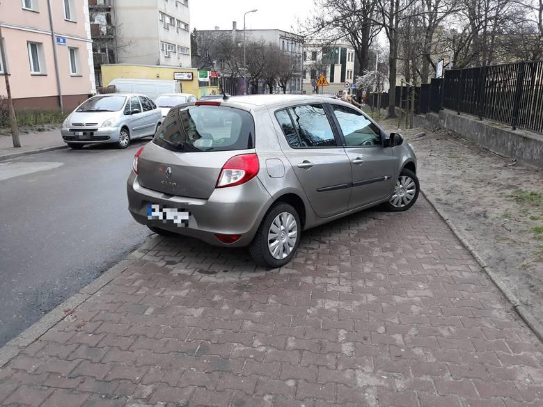"""""""Tak zaparkował ktoś przy Urzędzie Skarbowym w Zielonej Górze 27 marca 2019 r."""" – napisał w mailu do naszej redakcji Czytelnik, który przysłał zdjęcia."""