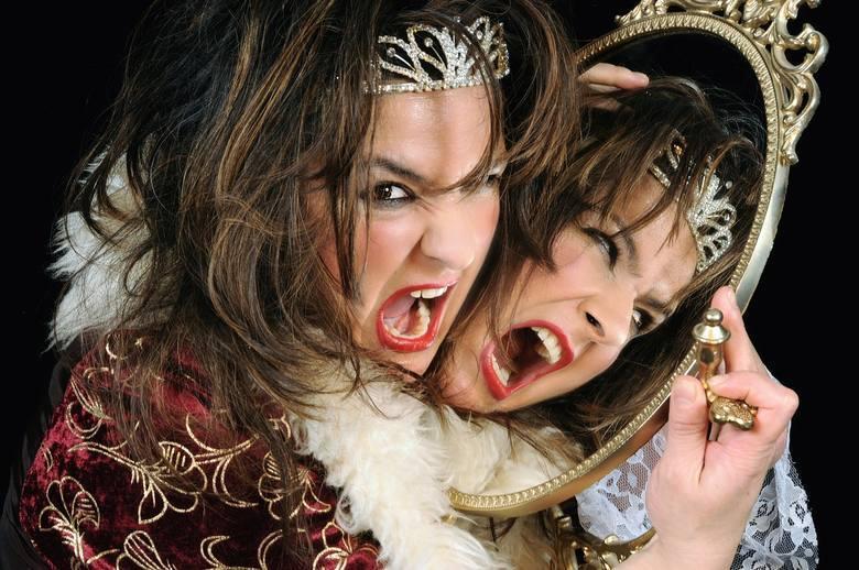 Eliza. Te kobiety umieją rozkazywać, w razie potrzeby wykazując dużo sprytu. Na zewnątrz są to istoty pełne majestatu, wysoko noszące głowę.
