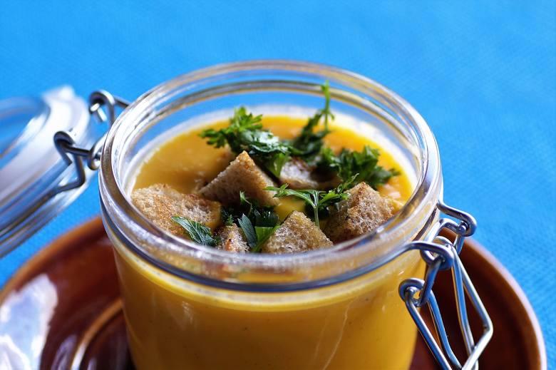 Zupa z dyni Justyny Kalemby z BrzezinkiSkładniki średnia dynia  2 małe cebule chilliolej ½ kubka śmietany sól i pieprz sól do smaku grzankiWykonanie