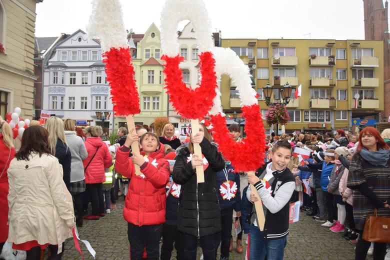 Młodzież Świebodzina śpiewa hymn na stulecie odzyskania niepodległościMŁODY ŚWIEBODZIN ŚPIEWA HYMN NA STULECIE NIEPODLEGŁOŚCI
