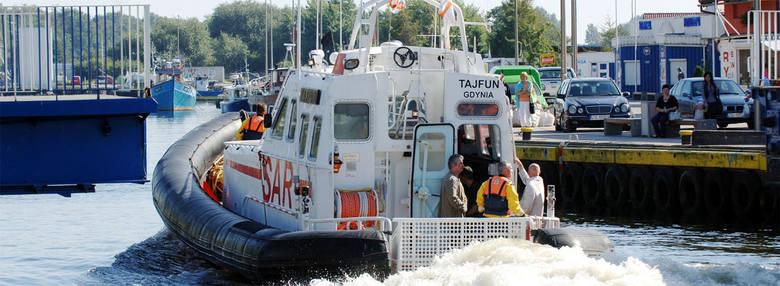 Ratownicy wypływają z portu w Darłowie na poszukiwania.