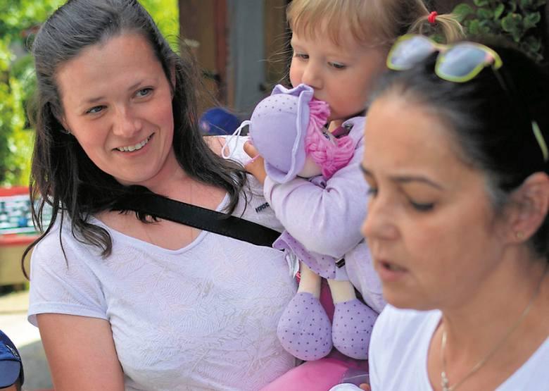 Małgorzata Górska (z prawej) podczas zjazdu matek, które rodziły w domach, wręczyła urodzinowy tort 3-letniej Oli Sieredyńskiej. Zaskoczona jubilatka siedzi na rękach mamy Eli.