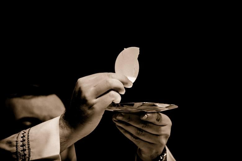 SwiętokradztwoGrzechem ciężkim jest przyjęcie Komunii w sposób świętokradzki, i znieważenie Najświętszego Sakramentu.W wypadku przyjęcia Komunii w stanie