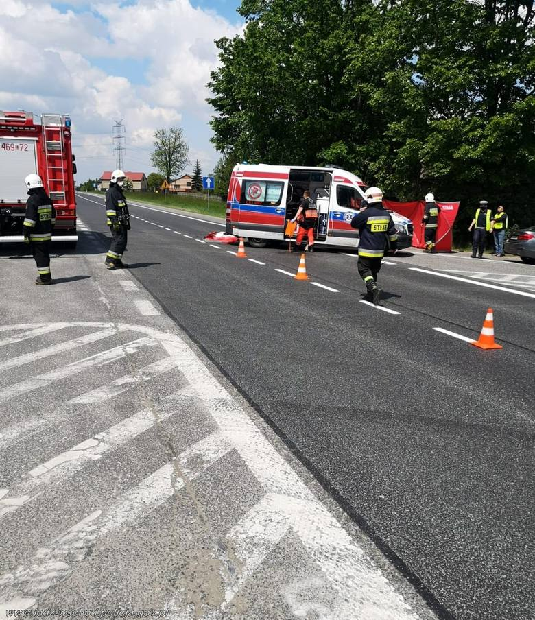 W Kruszowie w gminie Tuszyn na drodze krajowej nr 12 w środę 27 maja wydarzył się tragiczny wypadek. Zginął rowerzysta.KLIKNIJ NA KOLEJNE ZDJĘCIE &a
