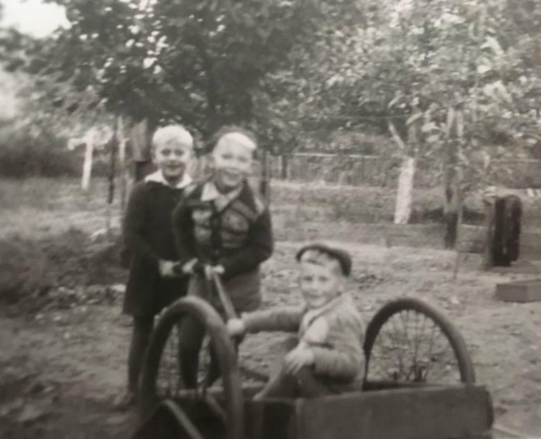 Jacek i Wojciech Lendzionowie z kuzynem w ogrodzie domu dziadków przy Słupskiej.