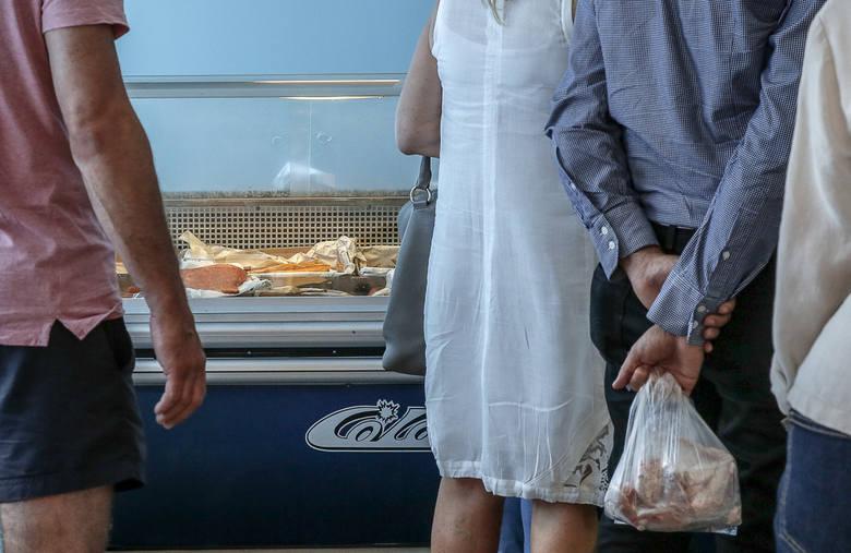 """Koronawirus na Pomorzu i kryzys. Kolejki pod sklepem """"Miruna"""" w Gdańsku jak za dawnych lat. Pomogła akcja w mediach społecznościowych"""