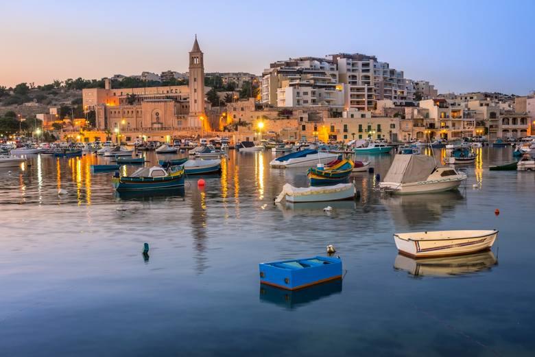 Łodzie rybackie i pasażerskie w zatoce Marsaskala