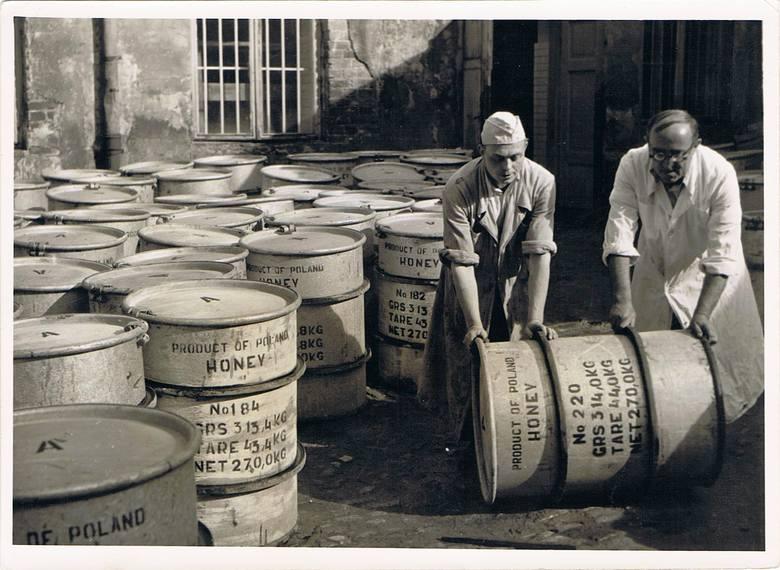 Dziedziniec rozlewni miodu Spółdzielni Związku Pszczelarzy przy ul. Staszica 5 ok. 1948 r. - beczki z miodem na eksport. Rozlewnia działała do 1949 r.