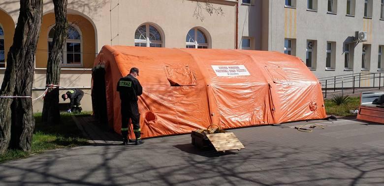 Dziś na terenie szpitala powiatowego w Chełmnie ratownicy JRG Chełmno ustawili namiot pneumatyczny