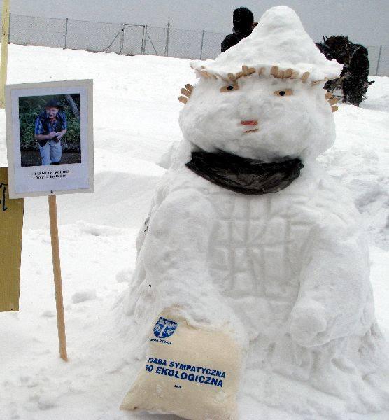 """Śniegowe rzeLby VIP-ówW śniegu """"lepiono"""" parlamentarzystów, lokalnych wlodarzy i VIP-ów."""