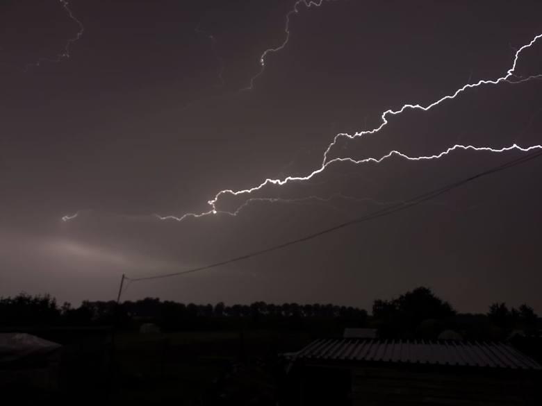 Nad Słupskiem przeszła ogromna burza. Zobaczcie jak wyglądały wyładowania atmosferyczne na Waszych zdjęciach. Możecie wysyłać kolejne na alarm@gp24.