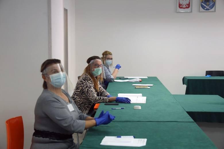 MASECZKA, PRZYŁBICA CZY CHUSTKANależy zachowywać dwumetrowy dystans oraz zakrywać usta i nos przy pomocy odzieży, maseczki lub przyłbicy. Z obowiązku
