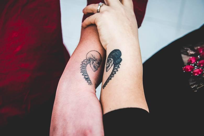 Tatuaże dla par to coraz bardziej popularny sposób na podkreślenie szczególnej więzi łączącej dwie osoby. Jeśli wierzysz w to, że twój partner jest tym