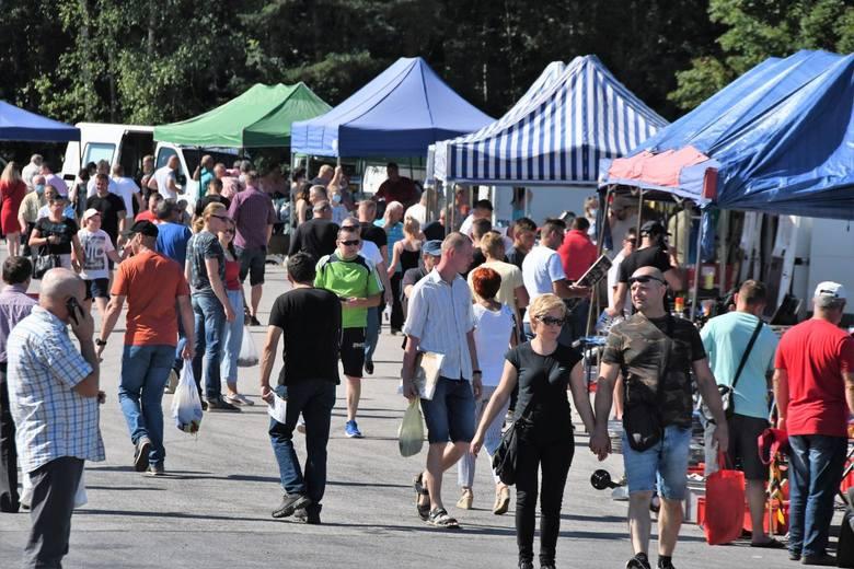 Mnóstwo ludzi przyjechało w niedzielę, 5 lipca na giełdę w Miedzianej Górze. Do niektórych stoisk ustawiały się kolejki, ludzie kupowali przede wszystkim
