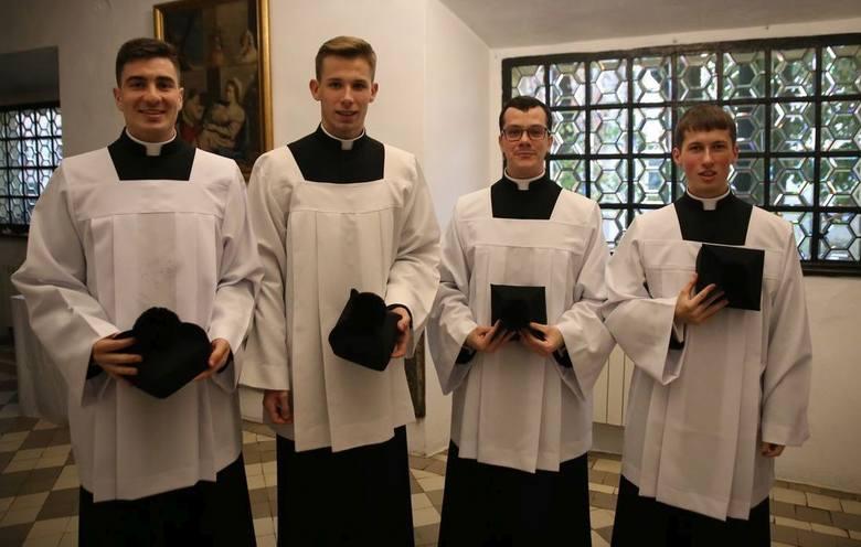 Czterech alumnów trzeciego roku sandomierskiego seminarium przyjęło strój duchowny. Do grona kandydatów do kapłaństwa włączono pięciu kleryków piątego