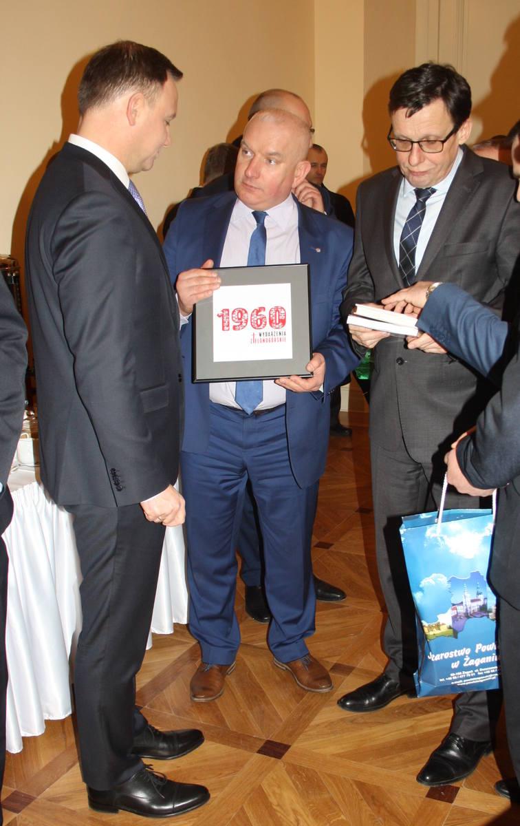 Wicewojewoda Robert Paluch przekazał głowie państwa logo Wydarzeń Zielonogórskich.
