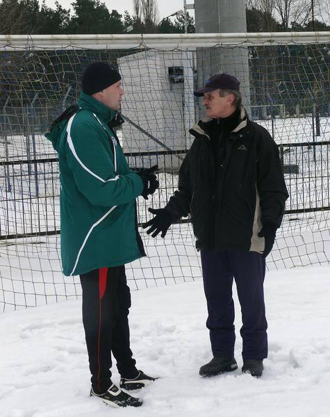 Trener Sławomir Adamus (z lewej, obok trener bramkarzy, Józef Leś) szuka nowych piłkarzy do drugoligowego zespołu Stali Stalowa Wola.