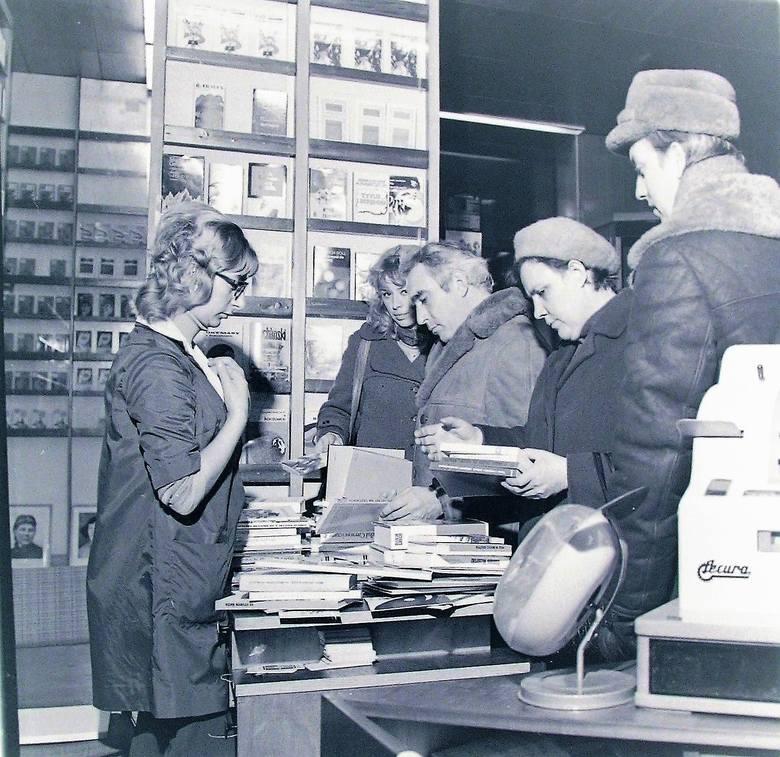 """Grudzień 1973 r., na zakupach w księgarni """"Pegaz"""" przy al. Wojska Polskiego"""