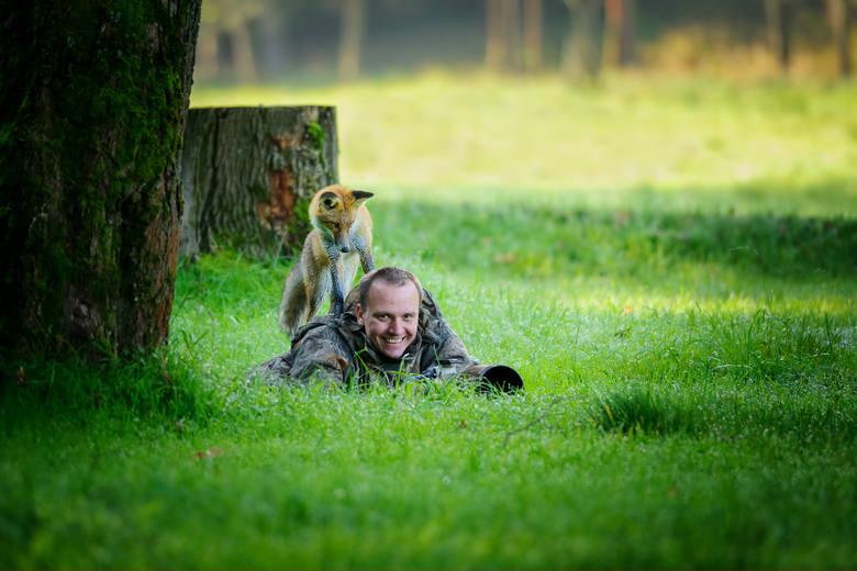 Tak ciekawskie zwierzaki przeszkadzają fotografom w pracy. Te zdjęcia poprawią ci humor na cały dzień. Są urocze!
