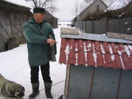 Teodor Połowianiuk z Parcewa wszystkie budynki w swoim gospodarstwie ma pokryte eternitem. Na razie nie będzie go ściagał, czeka na dotacje unijne