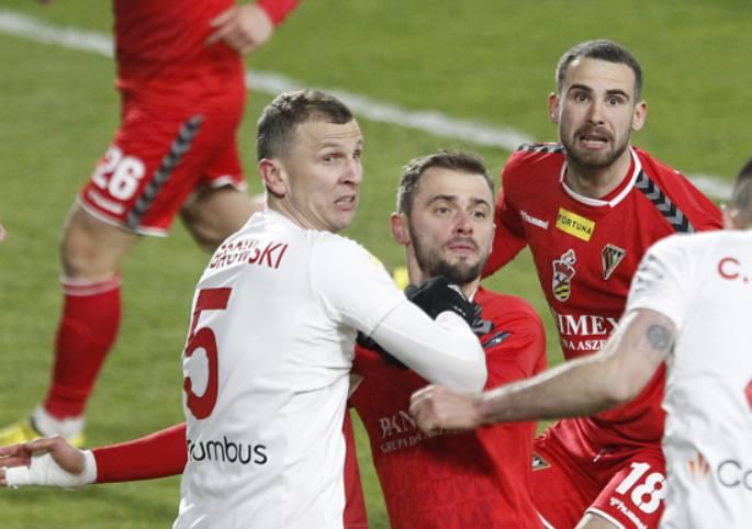Maciej Dąbrowski 2Wrócił na środek obrony, ale wyraźnie widać było, że pewność i spokój nie były tego dnia jego silnymi  punktami. Z wolna trzeba się