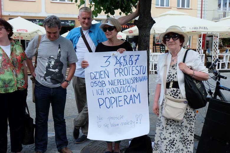 Przez kilka dni pani Anna samotnie demonstrowała w obronie rodziców osób niepełnosprawnych, którzy protestują w Sejmie. Po akcji na Facebooku, w czwartek